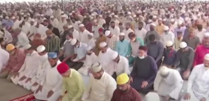 지난 7일(현지 시각) 인도 남부 텔랑가나주 하이데라바드시 이슬람 사원에서는 많은 사람들이 마스크를 착용하지 않은 채  집단 기도 예배에 참석했다. [사진=YTN]