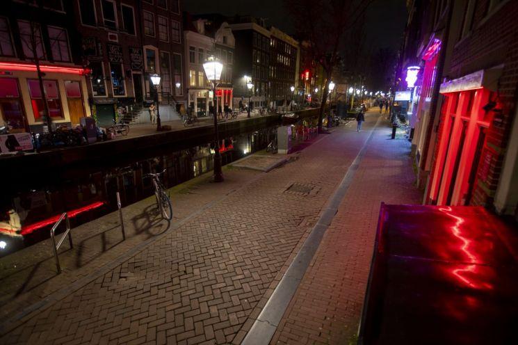 코로나19 확산을 막기 위해 네덜란드 정부가 성매매와 위락업소의 문을 닫는 명령을 내렸던 지난해 한산한 모습을 보이고 있는 암스테르담의 홍등가. [이미지출처=연합뉴스]