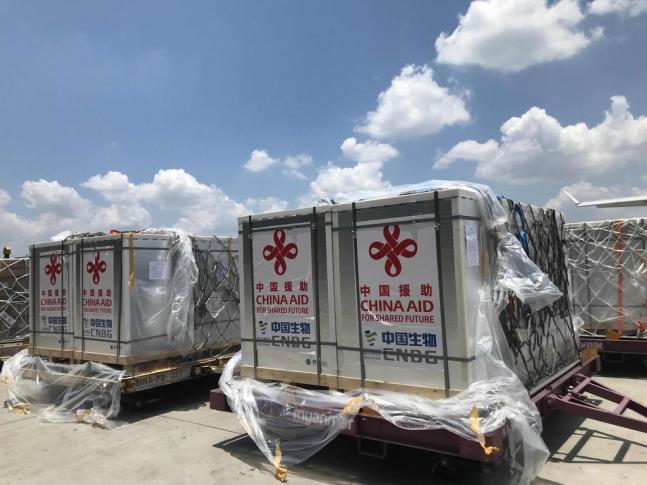 지난 2일(현지 시각) 미얀마 양곤에  중국산 코로나19 백신이 도착했다. [사진=주미얀마 중국대사관 페이스북 캡처]