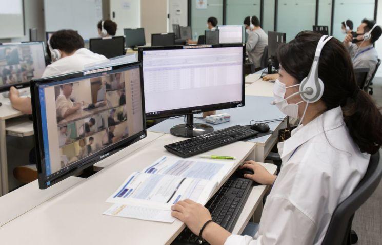 경기도 화성시 삼성전자 사업장에서 감독관들이 실시간으로 원격 감독을 하고 있다.[사진제공=삼성전자]