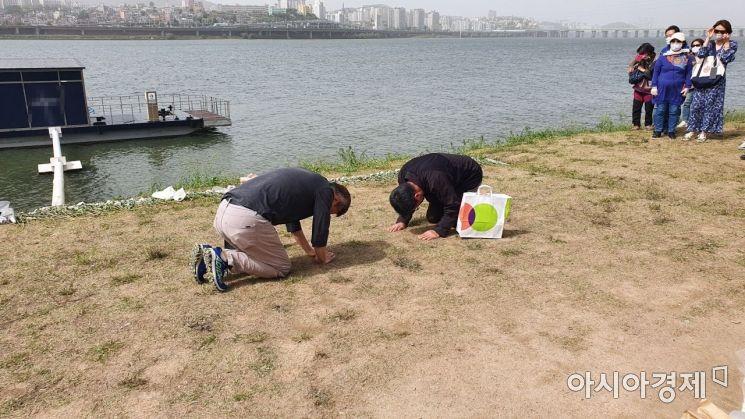 손정민씨의 아버지 손현씨와 정민씨 시신을 발견한 민간구조사 차종욱씨가 맞절을 하고 있다./사진=이정윤 기자 leejuyoo@