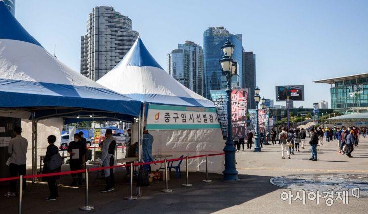 코로나19 신규 확진자가 564명 발생하며 하루만에 다시 500명대로 진입한 9일 서울역에 마련된 임시선별진료소를 찾은 시민들이 검사를 받기 위해 줄을 서고 있다./강진형 기자aymsdream@