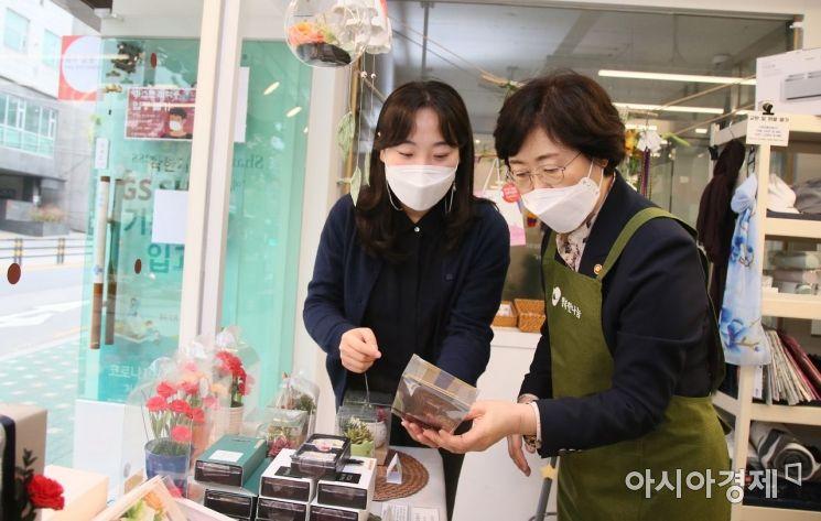 정영애 여가부 장관이 지난 4일 오후 서울 서대문구 소재 한부모 자립매장  '봄B살롱'을 방문해 한부모들이 직접 만든 설탕공예품을 둘러보고 있다.