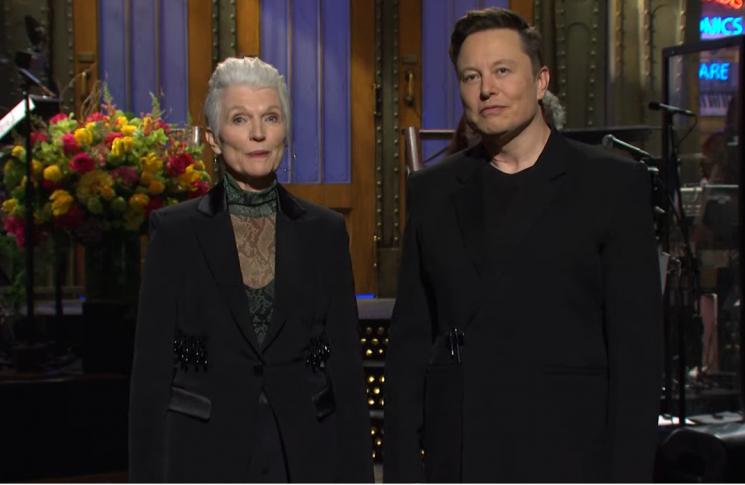 일론 머스크 테슬라 최고경영자(오른쪽)과 어머니가 SNL에 출연하고 있다(유튜브 캡처)