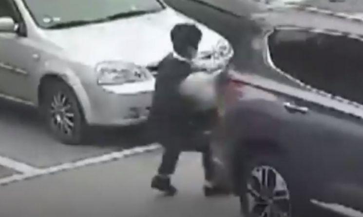 지난달 23일 갑자기 후진하는 차량에 50대 여성 차주가 밀리는 일이 발생하자, 농협 계약직 직원 권현우(28)씨가 달려와 극적으로 차주를 밀쳐 구했다. [사진=YTN 방송 캡쳐]