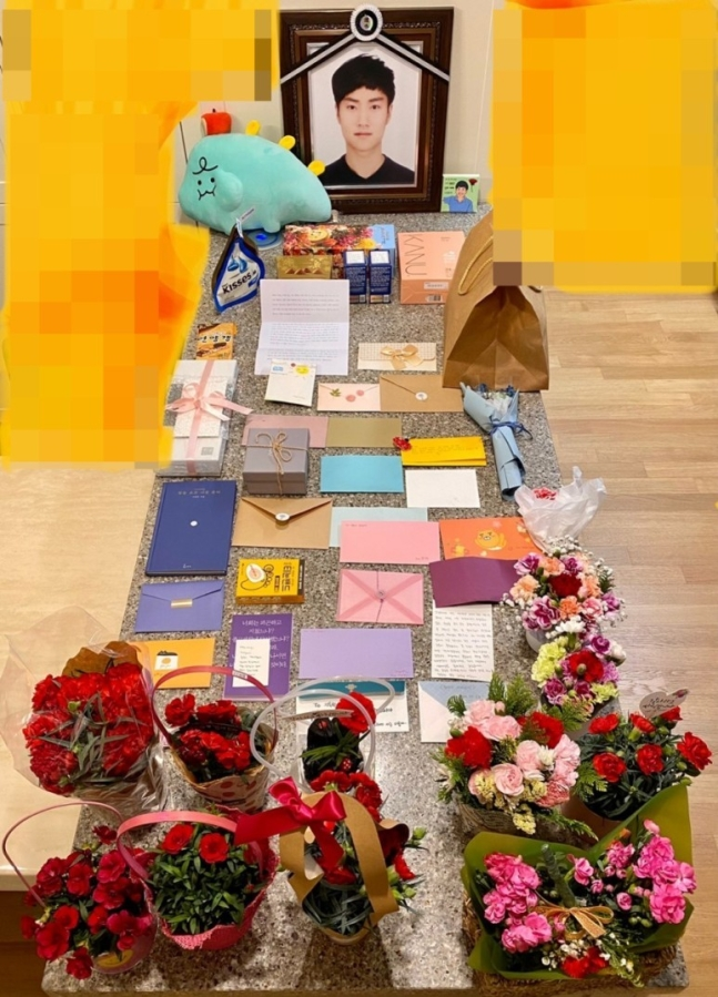 한강에서 실종됐다 숨진 채 발견된 고(故) 손정민 씨의 가족을 위로하기 위해 시민들이 보낸 선물들./사진제공=손 씨 아버지 손현 씨 블로그