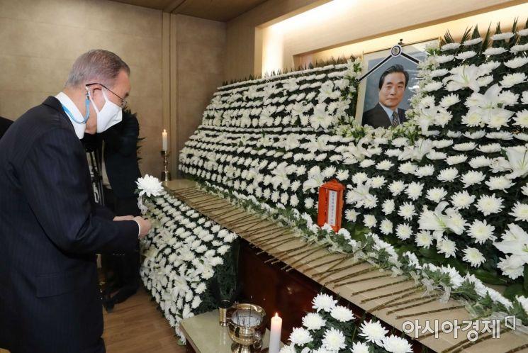 9일 고 이한동 전 국무총리 빈소가 마련된 서울 광진구 건국대학교병원 장례식장에 반기문 전 UN 사무총장이 조문을 하고 있다./사진공동취재단
