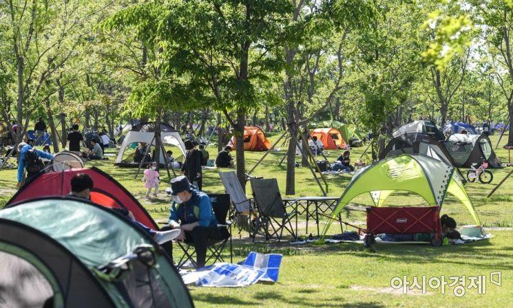 9일 서울 여의도 한강공원을 찾은 시민들이 여유로운 휴일 오후를 즐기고 있다./강진형 기자aymsdream@