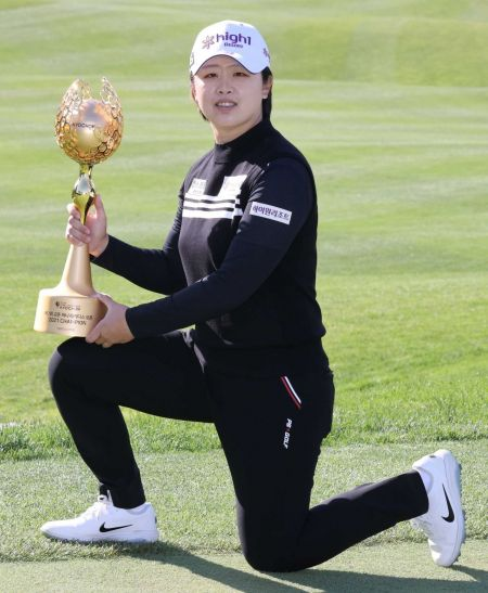 곽보미가 교촌허니레이디스오픈 우승 직후 트로피를 들고 기념 촬영을 하고 있다. 사진제공=KLPGA
