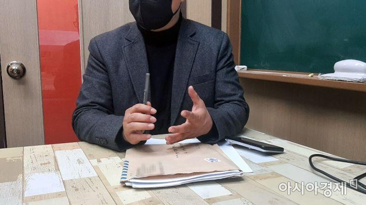 피해 학생 아버지가 아시아경제 취재진을 만나 그간의 심경을 털어놓고 있다. 사진=한승곤 기자 hsg@asiae.co.kr