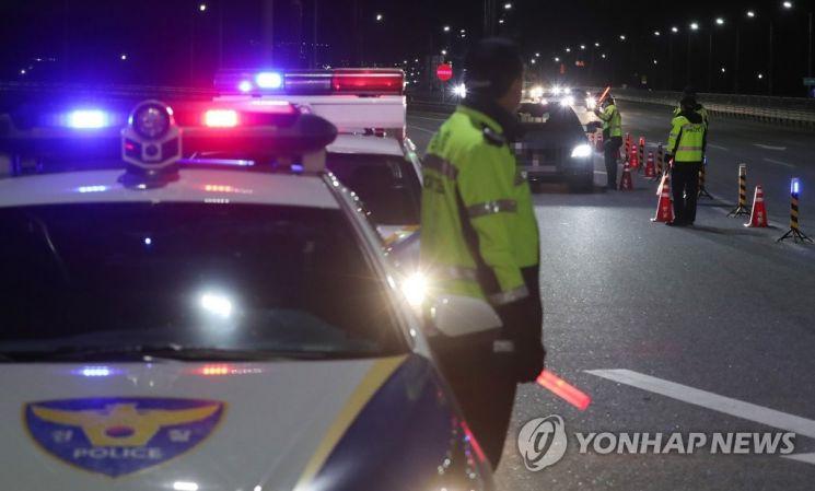 경찰이 지난달 8일 오후 서세종IC 진출입로에서 시·도 합동으로 음주운전 단속을 벌이고 있다. [이미지출처=연합뉴스]