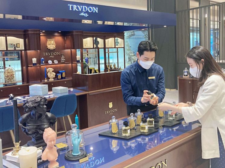 잠실 에비뉴엘 니치향수 신규브랜드 트루동 매장에서 직원이 고객에게 상품을 소개하고 있다.