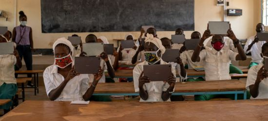 삼성전자가 난민촌 청소년들을 위해 유엔난민기구(UNHCR)에 태블릿 PC인 '갤럭시탭' 1000대를 기부했다고 10일 밝혔다. 케냐 카쿠마 난민촌 그린라이트 중등학교 학생들이 전달받은 갤럭시탭을 보여주고 있다.