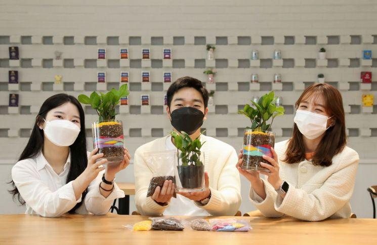 현대글로비스 직원들이 지역사회 홀몸 어르신을 위해 준비한 반려식물을 소개하고 있다.