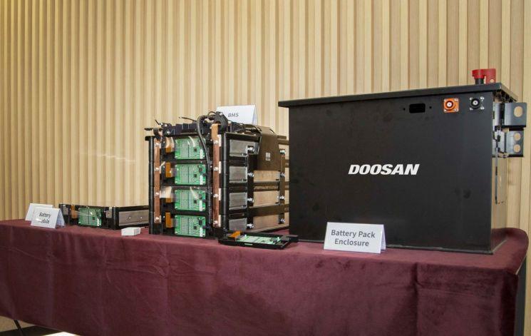 두산인프라코어가 자체 개발한 배터리팩 시제품 1호기(맨오른쪽). (사진제공=두산인프라코어)