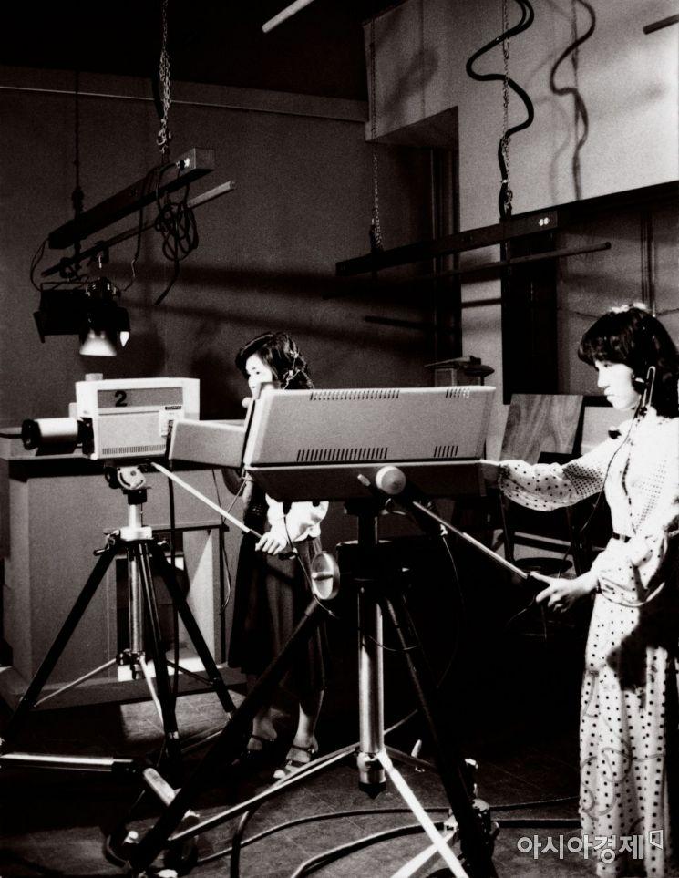 1970년대 개국한 이화여대 교육방송국에서 방송제작 중인 학생의 모습(사진제공=이화여대)