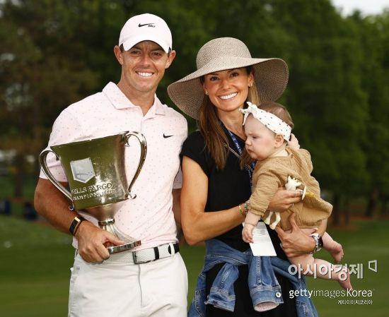 로리 매킬로이가 웰스파고챔피언십 우승 직후 아내, 딸과 함께 기념 촬영을 하고 있다. 샬럿(美 노스캐롤라이나주)=Getty images/멀티비츠