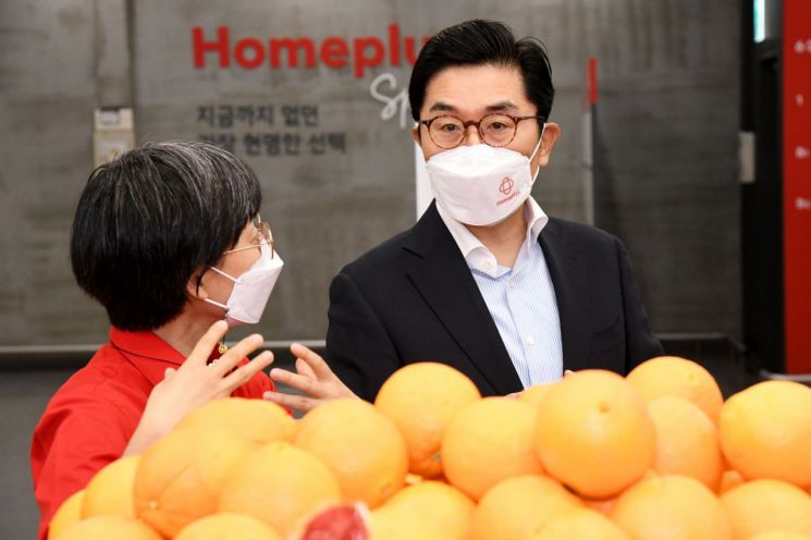 이제훈 홈플러스 신임 사장(오른쪽)이 10일 서울 양천구 홈플러스 스페셜 목동점으로 출근해 현장 목소리를 청취하고 있다.