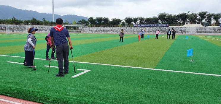 강진군 관내 장애인들이 그라운드 골프에 열중하고 있다. (사진=강진군 제공)