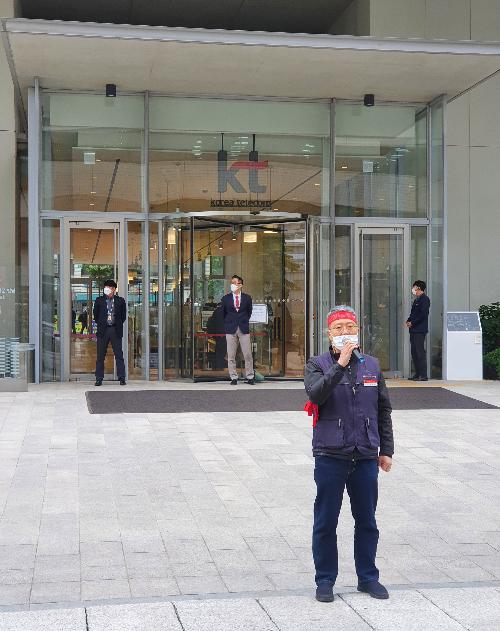 10일 오전 서울 종로구 KT광화문빌딩East에서 박갑진 KT 파워텔 비상대책위원장이 KT파워텔 매각 반대를 주장하고 있다.