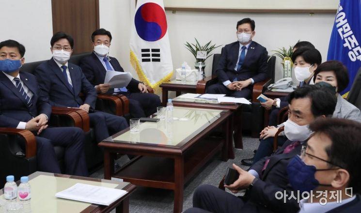 [포토] 송영길, 문 대통령 기자회견 시청