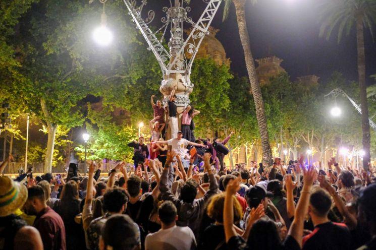 스페인 바르셀로나 시민들이 10일(현지시간) 오전 광장에 모여 코로나19 확산을 막기 위한 국가경계령 해제를 기념하는 축제를 즐기고 있다. 전날 스페인 정부는 지난해 10월부터 적용한 야간통행금지, 지역 간 이동제한령을 해제했다.  [사진 제공 =로이터연합뉴스]