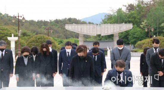 국민의힘 초선의원들이 10일 광주광역시 국립5.18민주묘지 추모탑에서 참배하고 있다.