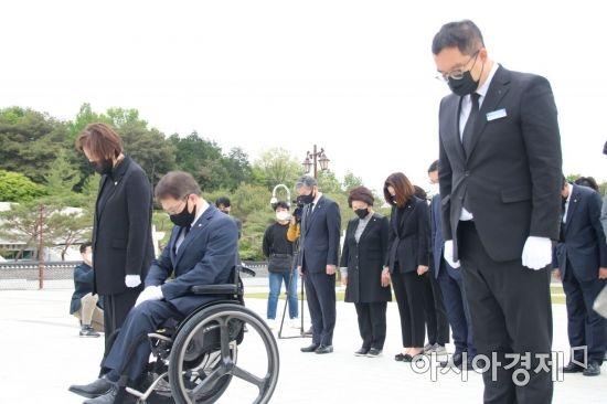 [포토] 5·18 추모탑에서 묵념하는 국민의힘 의원들