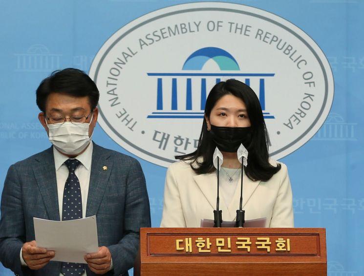 신현영 더불어민주당 의원 등이 10일 오후 국회 소통관에서 기자회견을 하고 있다. [이미지출처=연합뉴스]