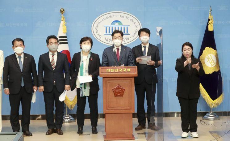 박찬대 더불어민주당 의원 등이 10일 오후 국회 소통관에서 기자회견을 열고 있다. [이미지출처=연합뉴스]