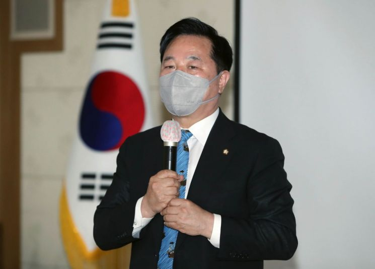김두관 더불어민주당 의원이 10일 오후 대구시의회를 방문해 국민 기본자산제 제안 설명회를 하고 있다. [이미지출처=연합뉴스]