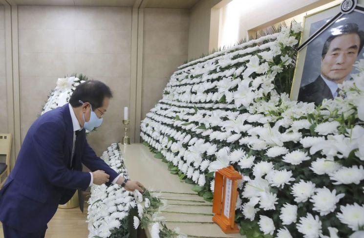 홍준표 무소속 의원이 10일 서울 광진구 건국대학교병원 장례식장에 마련된 고(故) 이한동 전 국무총리 빈소를 찾아 조문하고 있다. [이미지출처=연합뉴스]