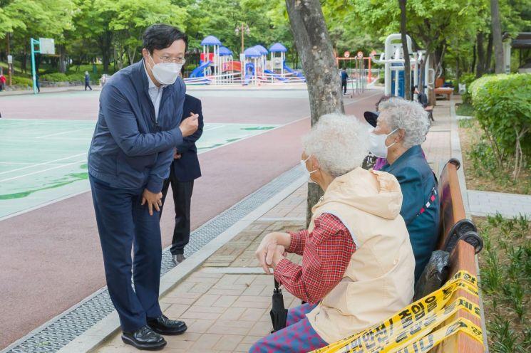 [포토]채현일 영등포구청장, 신길근린공원서 어르신들과 소통