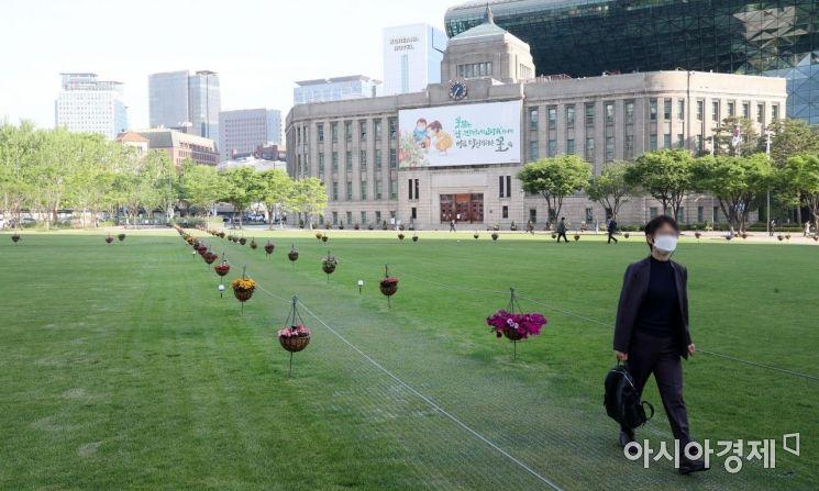 [포토] 서울광장 잔디 위 꽃길 단장