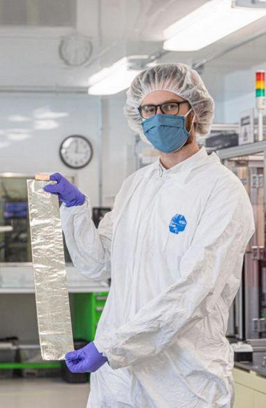 솔리드에너지시스템이 개발한 리튬메탈 배터리의 음극재용으로 들어가는 얇은 리튬메탈 호일.