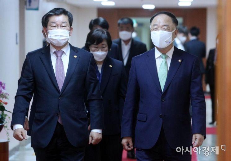 [포토] 국무회의 참석하는 홍남기-전해철