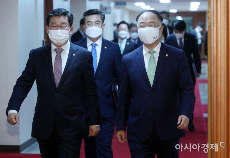 [포토] 국무회의 참석하는 홍남기 부총리와 국무위원들