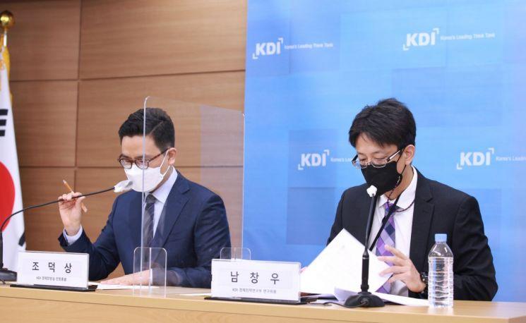 남창우 KDI 경제전략연구부 연구위원(오른쪽)과 조덕상 KDI 경제전망실 전망총괄이 11일 기획재정부에서 브리핑을 하고 있다. (사진제공 = KDI)