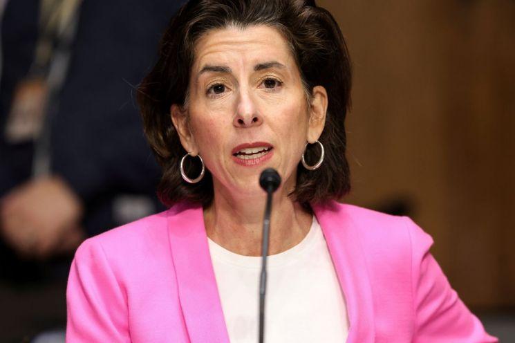 """지나 로만도 미국 상무장관은 CBS 방송 인터뷰에서 반도체 공급망 문제를 어느 정도 우려하느냐는 질문을 받자 """"중대한 요소이고 중대한 우려""""라고 말했다. [이미지출처=연합뉴스]"""