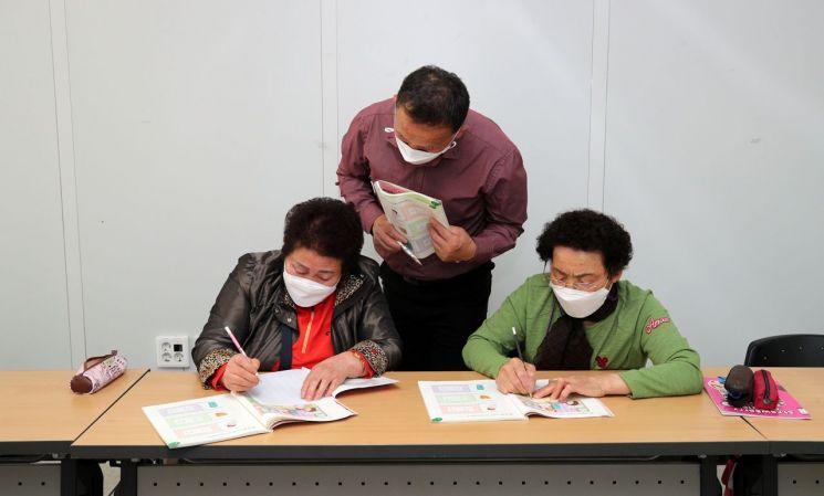 성인 문해교육 초등학력인증교실 청춘배움학교 [이미지출처=산청군]