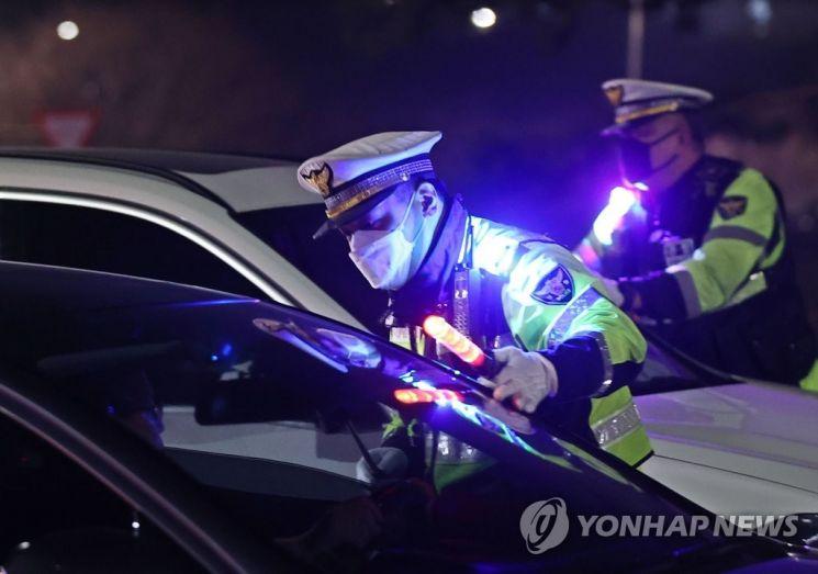 지난 3월 서울 서초 IC 진입로에서 경찰이 음주단속을 하고 있다. 본 사진은 기사 중 특정 표현과 관계 없음. [이미지출처=연합뉴스]