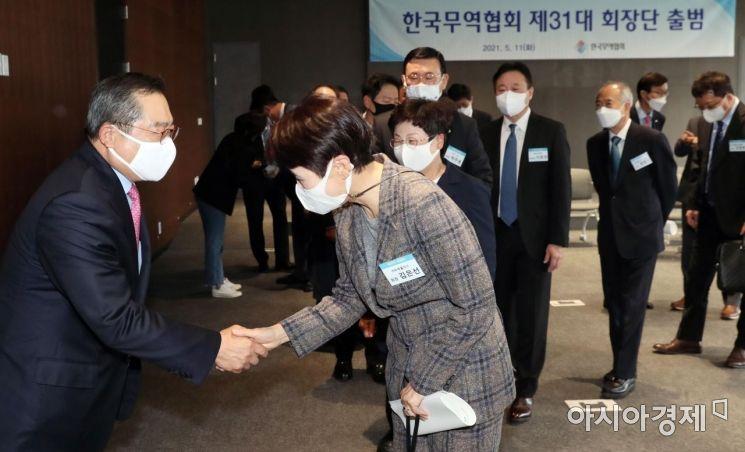 [포토] 회장단과 인사하는 구자열 무역협회장