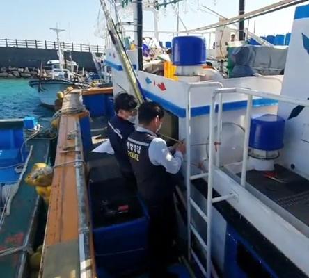 선박검사원과 해경이 불법으로 건조한 어선의 구조물을 현장실측 하고 있다. (사진=서해지방해양경찰청 제공)