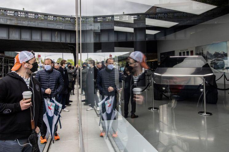 뉴욕 시민들이 맨해튼 소재 테슬라 매장에 공개된 사이버트럭을 보기 위해 줄지어 서 있다. [이미지출처=로이터연합뉴스]