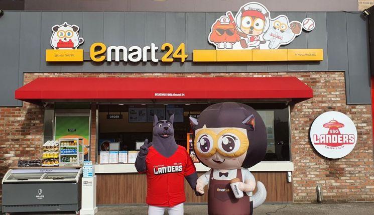 SSG랜더스필드에 있는 이마트24 매장 앞에서 '커피니'(우측)와 '랜디'가 포즈를 취하고 있다.