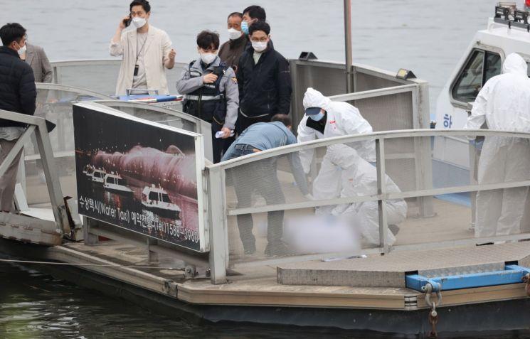 지난달 30일 오후 서울 반포한강공원 인근 한강에서 구조대원들이 손 씨의 시신을 수습하고 있다. / 사진=연합뉴스