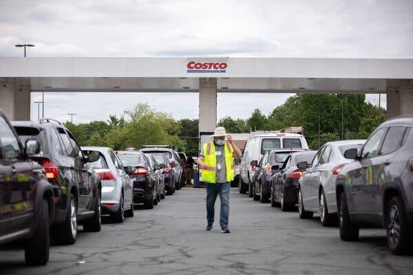 11일(현지시간) 미국 노스 캐롤라이주 샬럿 지역의 한 주유소 앞에 연료를 채우기 위해 대기중인 차량이 길게 늘어서 있다.(사진출처:AFP)
