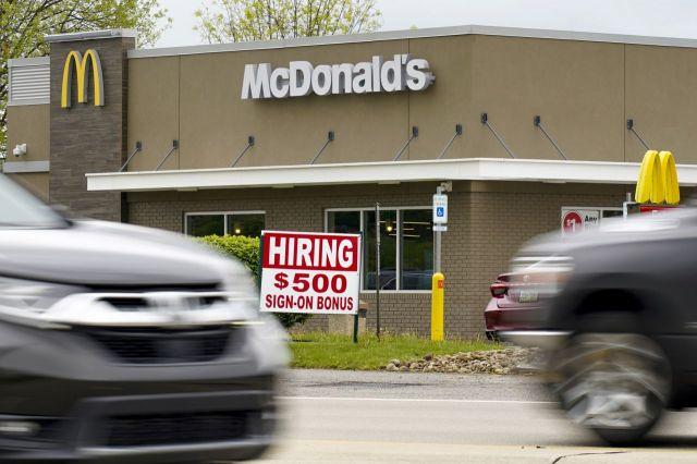 미국 맥도날드의 한 지점 앞에 보너스 500달러를 내건 채용 공고문이 놓여져 있다. [이미지출처=AP연합뉴스]