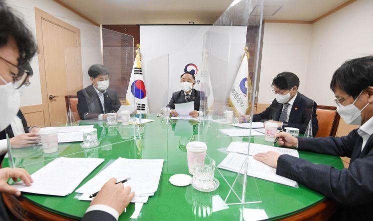 홍남기 경제부총리 겸 기획재정부 장관(왼쪽에서 세 번째)이 12일 서울 광화문 정부서울청사에서 '2021년 4월 고용동향'을 주요 내용으로 관계장관회의(녹실회의)를 주재하는 모습.(이미지 출처=연합뉴스)