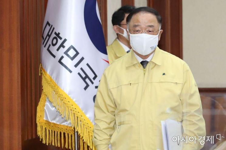 [포토] 중대본회의 참석하는 홍남기 총리 직무대행